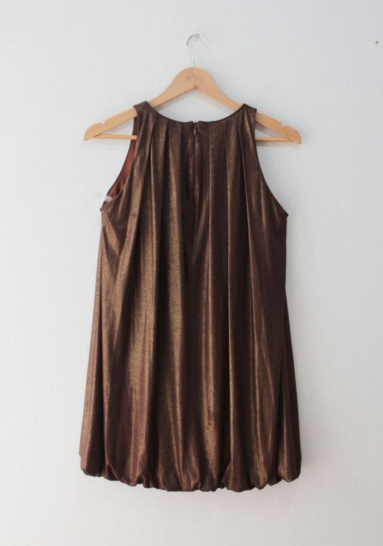 vestido dorado con brillos