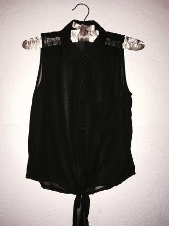 Camisa crop de gasa negra.