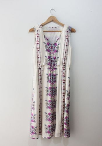 Vestido blanco con flores moradas