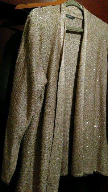 Abrigo tejido dorado con chaquira