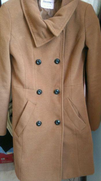abrigo largo color camello bershka