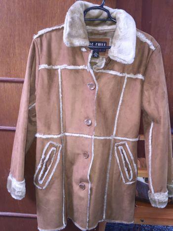 Abrigo de piel color miel con borrega