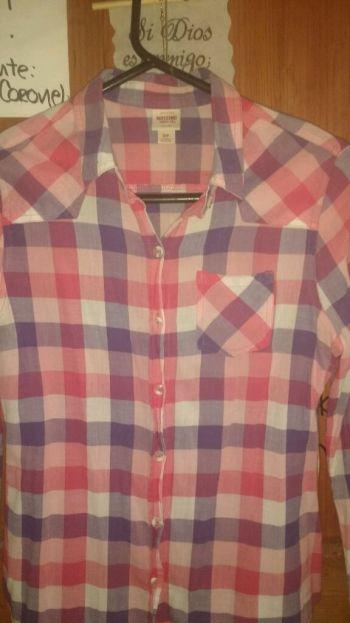 Camisa de cuadros rosa.