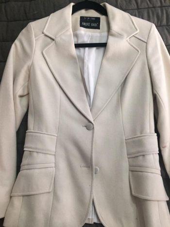 Abrigo corto tipo blazer