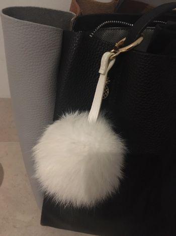 Accesorio llavero bola fluffy
