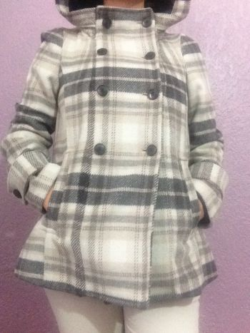 Abrigo blanco con líneas grises