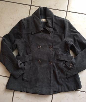 Abrigo grueso gris oscuro