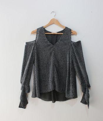 Blusa negra transparente con puntos blancos