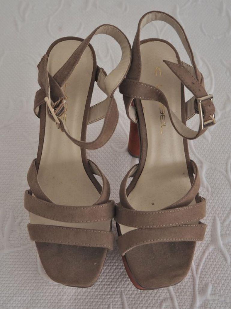 Sandalias en color café de tacón grueso.