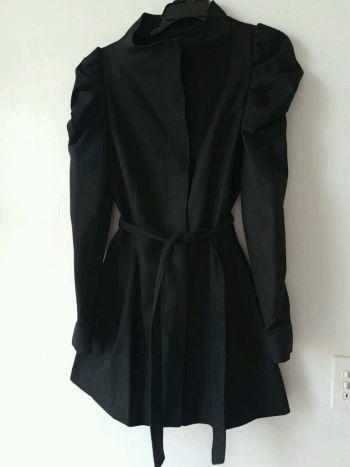 abrigo marca mìa de andrea, color negro.