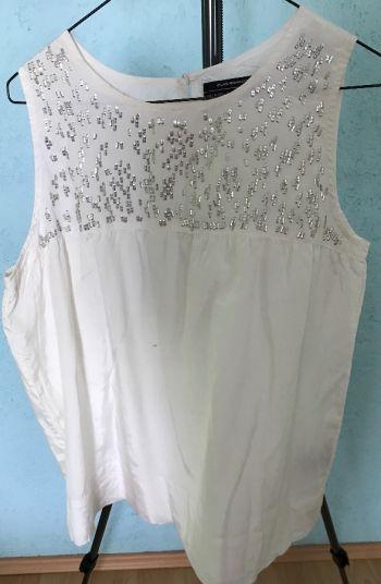 #019 Blusa satinada perla sin manga y aplicaciones