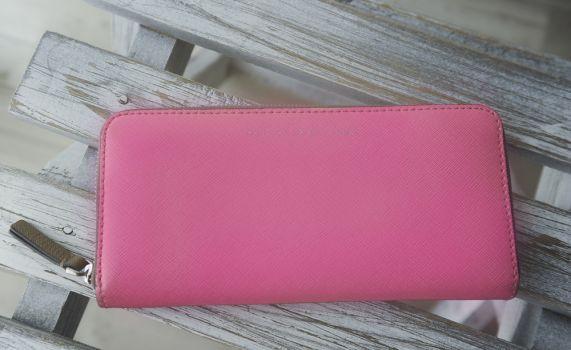cartera rosa neón