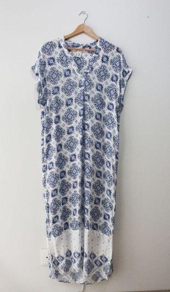 Vestido blanco con flores azules