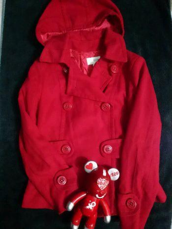 abrigo rojo con gorro