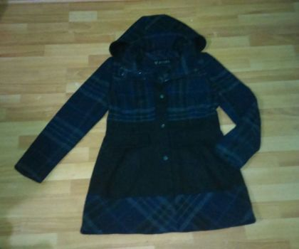 abrigo guess negro con azul