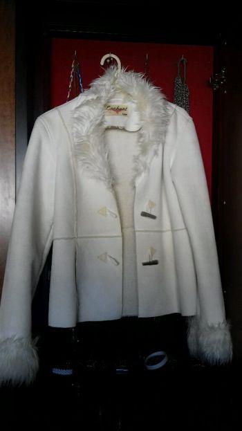 abrigo de piel e interior afelpado.