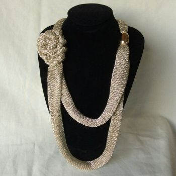 accesorio collar largo de maya metalica
