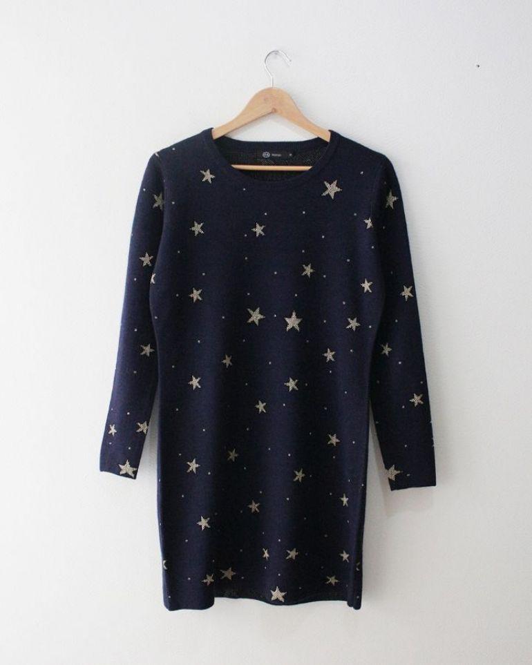 suéter azul con estrellas