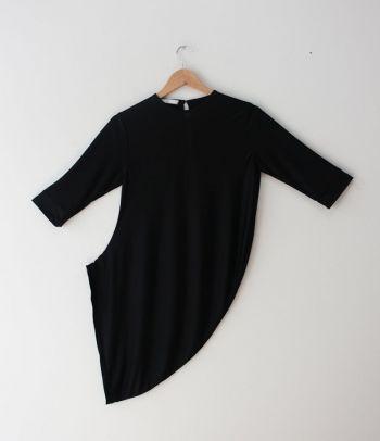 Blusa negra larga asimétrica