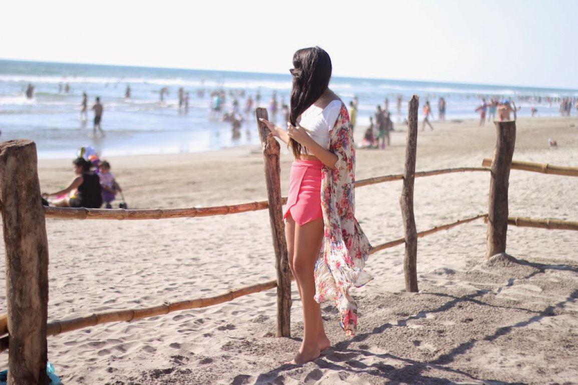 Kimono beige con flores rosas