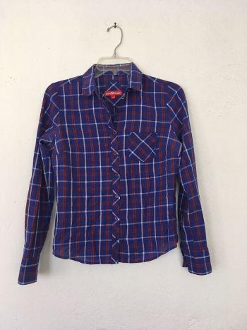Camisa de cuellos azul con lineas blancas y rojas